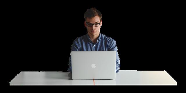 muž na počítači